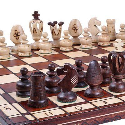 Ensemble plateau et pièces d'échecs en bois